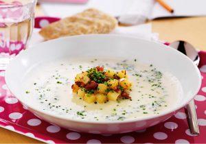Blumenkohlsuppe mit Kartoffelwürfel und Bacon