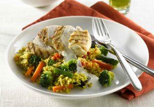 Couscous mit Joghurt-Kreuzkümmelsauce und Hähnchenbrustfilet_big