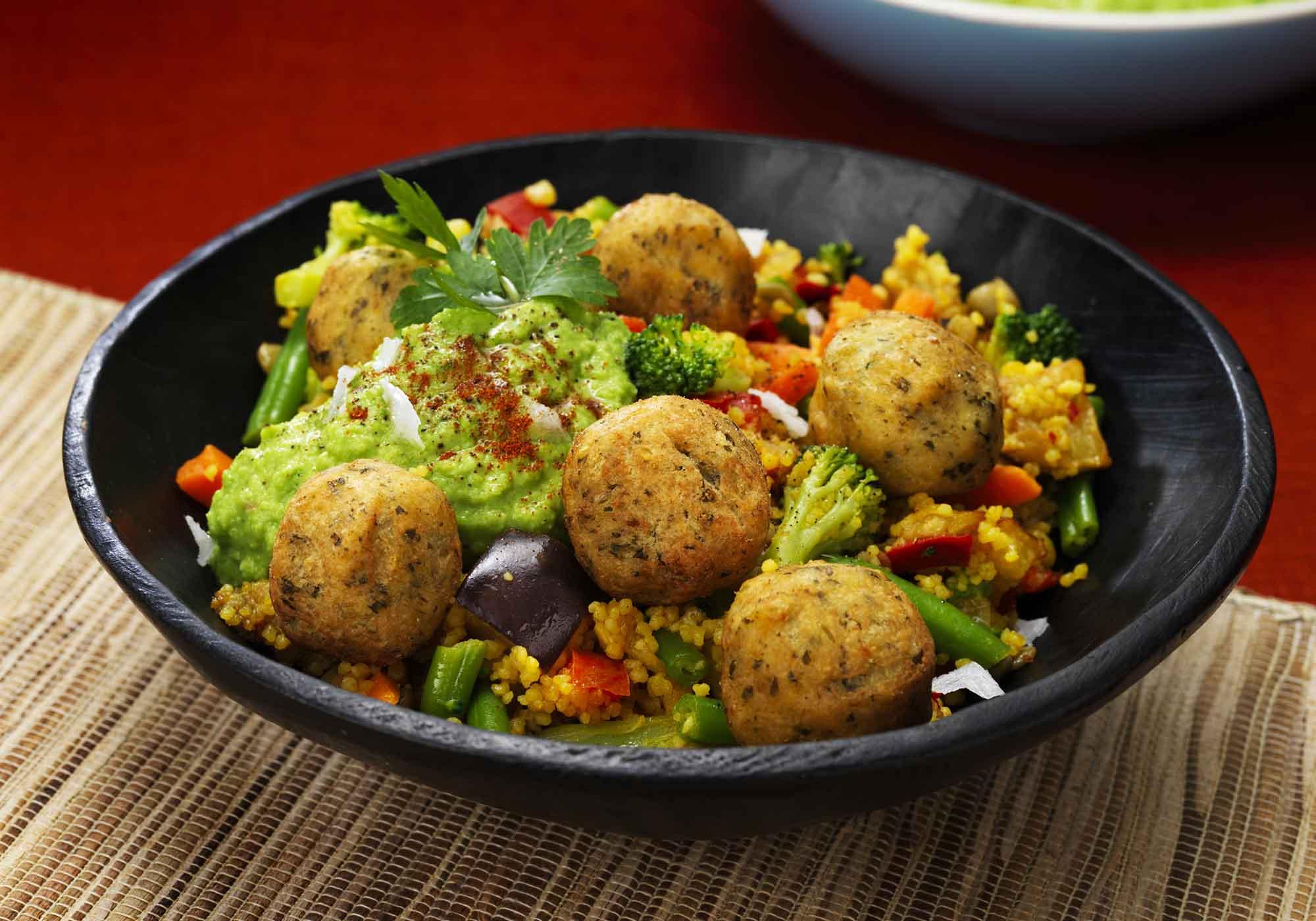 Falafel mit Couscous-Pfanne und Erbsenhummus