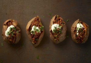 Gefüllte Ofen-Süßkartoffel mit Quorn Chili
