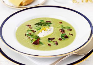 Spargel-Broccoli-Suppe mit Zitronencreme und Bacon-Flakes