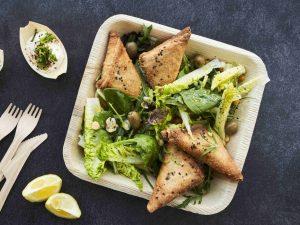DALOON Samosas mit Salat, Kichererbsen und Oliven