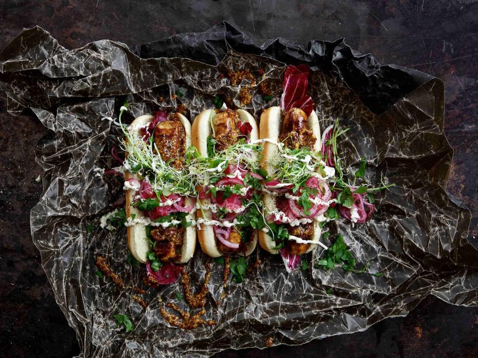 Quorn Bratwurst als Hot Dog mit Honigsenf und eingelegten roten Zwiebeln