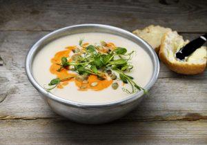 Blumenkohl-Sellerie-Suppe mit roter Paprikacreme auf Basis der FINDUS Gemüsepürees