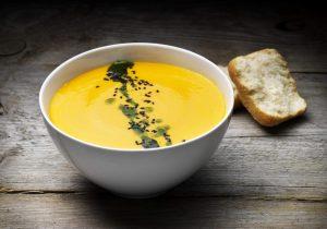 Mais-Karotten-Suppe mit Ingwer und Kräuteröl auf Basis der FINDUS Gemüsepürees
