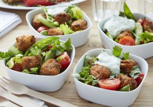 Rezeptidee DALOON Sweet Potato Falafel mit Salat und grünem Joghurt