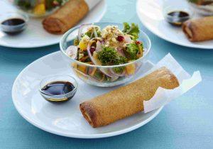 Gemüserolle Maxi mit Kohl-Apfel-Salat und Mandel-Salsa
