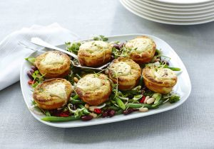 Gratiniertes Mini Souffles auf Bohnen-Salat